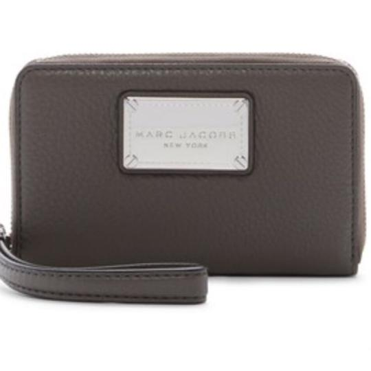 Preload https://img-static.tradesy.com/item/23613428/marc-by-marc-jacobs-faded-aluminum-classic-leather-zip-phone-wallet-0-1-540-540.jpg