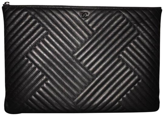 Preload https://item5.tradesy.com/images/chanel-o-case-so-chevron-herringbone-cc-pouch-black-lambskin-leather-clutch-23651949-0-1.jpg?width=440&height=440