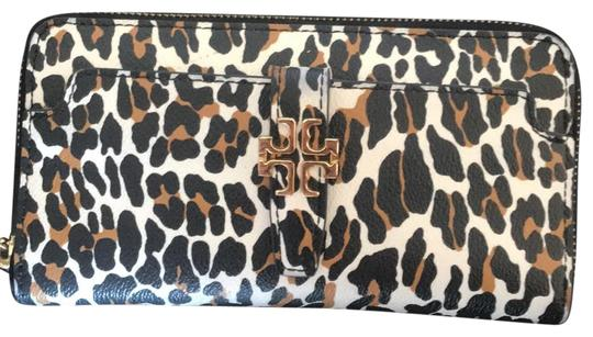 Preload https://item3.tradesy.com/images/tory-burch-cheetah-plaque-leopard-print-continental-wallet-23661537-0-1.jpg?width=440&height=440