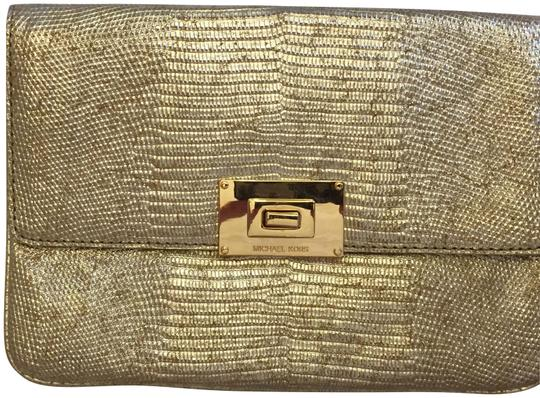 Preload https://img-static.tradesy.com/item/23679391/michael-michael-kors-mk-sloan-gold-genuine-leather-clutch-0-4-540-540.jpg