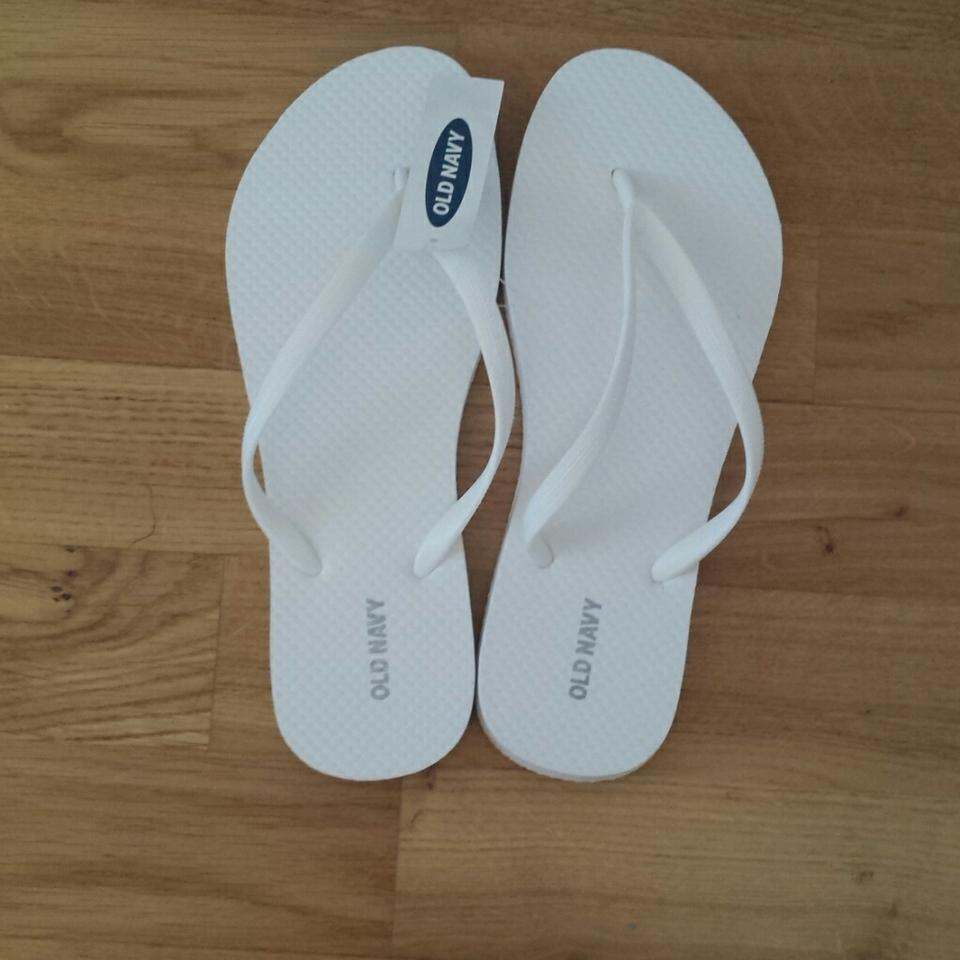 4a61e3430 Old Navy White and Black Flip Flops Sandals Size US 8 Regular (M