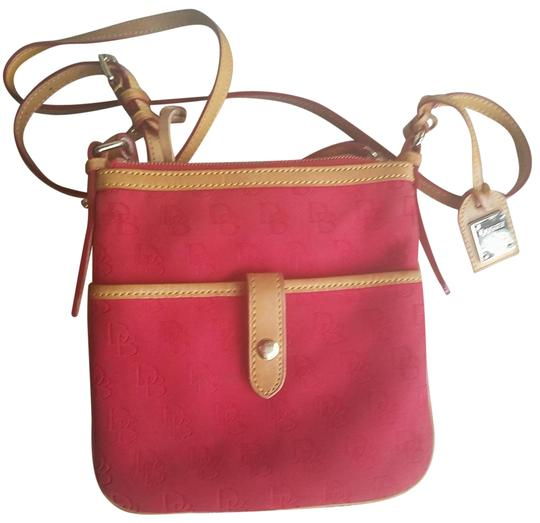 Preload https://img-static.tradesy.com/item/23731446/dooney-and-bourke-red-tan-leather-canvas-cross-body-bag-0-1-540-540.jpg