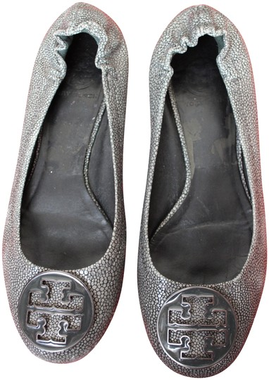Preload https://item3.tradesy.com/images/tory-burch-gray-leather-stingray-pattern-smoke-reva-flats-size-us-7-regular-m-b-23755477-0-1.jpg?width=440&height=440