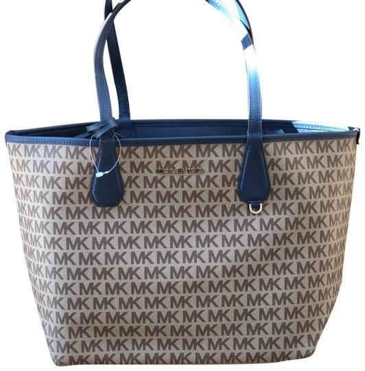 Preload https://img-static.tradesy.com/item/23760868/michael-kors-large-candy-siganature-reversible-navy-bluebeige-polyester-tote-0-1-540-540.jpg