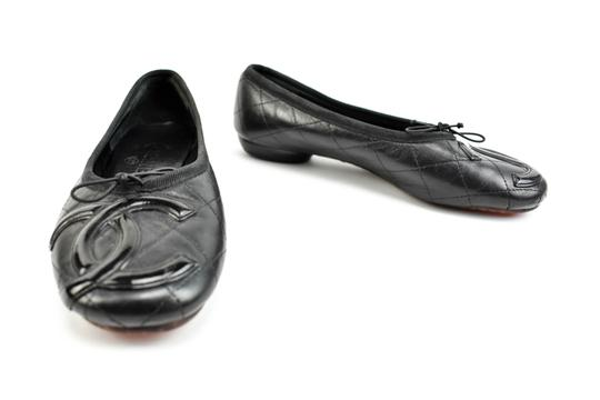 Preload https://item4.tradesy.com/images/chanel-cambon-black-leather-and-cc-logo-ballet-flats-size-us-8-regular-m-b-23781908-0-0.jpg?width=440&height=440