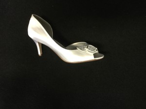 Dyeables White Tyra Pumps Size US 8.5 Regular (M, B)