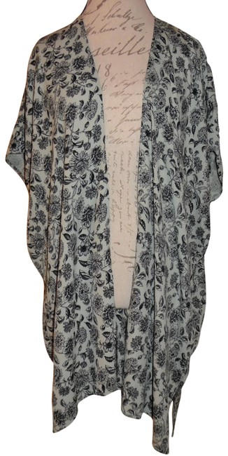Preload https://img-static.tradesy.com/item/23816828/forever-21-gray-black-floral-print-loose-oversized-shrug-tunic-size-10-m-0-1-650-650.jpg