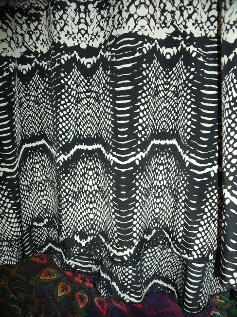 Avenue Snake Flutter Sleeve Tunic New Without Tags Career Top Black & White