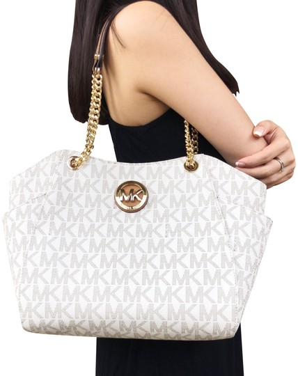 Preload https://item1.tradesy.com/images/michael-kors-jet-set-travel-large-chain-shoulder-vanilla-tote-23818320-0-1.jpg?width=440&height=440