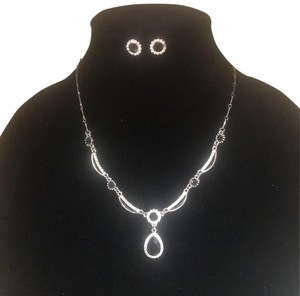 N/A Necklace and pierced earrings