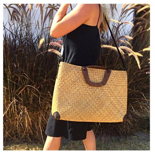 Preload https://img-static.tradesy.com/item/23837556/new-xl-large-large-beach-weekender-woven-carry-all-beach-straw-leather-tote-0-1-540-540.jpg
