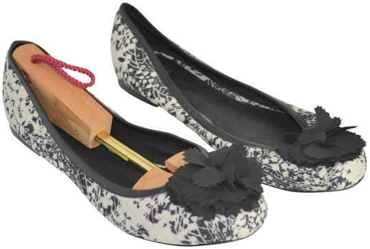 Preload https://img-static.tradesy.com/item/23842034/saks-fifth-avenue-blackcream-new-print-ballet-flats-size-us-9-regular-m-b-0-1-540-540.jpg
