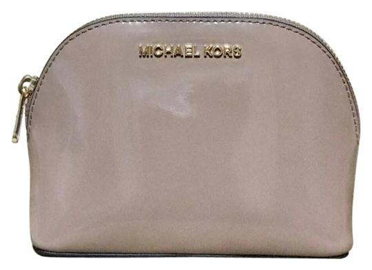 Preload https://img-static.tradesy.com/item/23848684/michael-kors-beige-tan-fulton-large-pouch-jet-set-large-pouch-cosmetic-bag-0-1-540-540.jpg