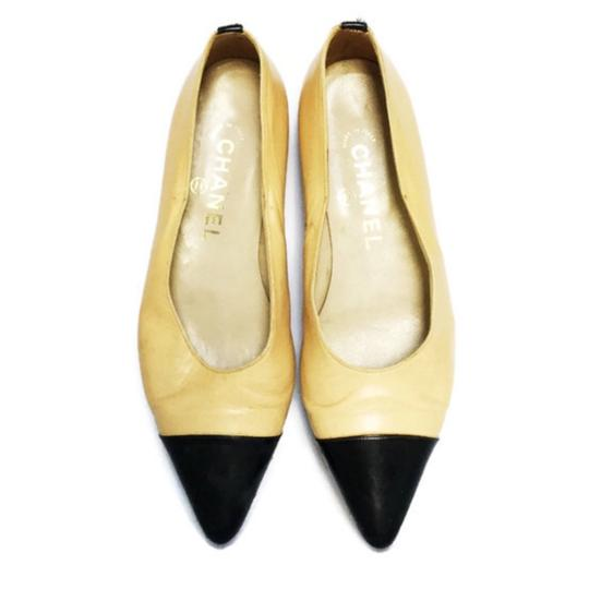 Preload https://img-static.tradesy.com/item/23860671/chanel-tan-and-black-classic-vintage-pointed-cap-toe-flats-size-eu-365-approx-us-65-regular-m-b-0-0-540-540.jpg