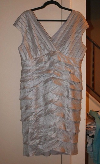 Adrianna Papell Oyster Silver Rayon Blend Satin Tiered V-neck Metallic Sheath Formal Modern Bridesmaid/Mob Dress Size 16 (XL, Plus 0x)