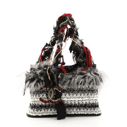 Preload https://item5.tradesy.com/images/chanel-inuit-fantasy-quilted-ribbon-medi-white-and-off-black-tweed-with-faux-fur-shoulder-bag-23888024-0-0.jpg?width=440&height=440