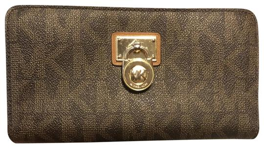Preload https://img-static.tradesy.com/item/23888477/michael-kors-signature-wallet-brown-leather-wristlet-0-3-540-540.jpg