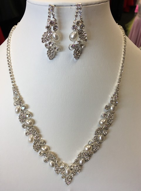 Item - Clear Silver and White Rhinestone Pearl Necklace Jewelry Set