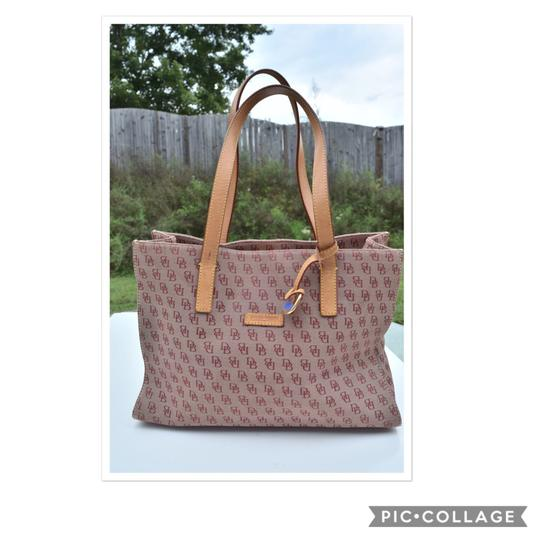 Preload https://img-static.tradesy.com/item/23901190/dooney-and-bourke-logo-grayish-red-canvas-leather-tote-0-0-540-540.jpg
