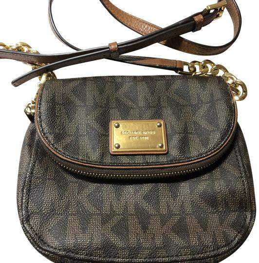 Preload https://img-static.tradesy.com/item/23901393/michael-kors-brown-bedford-small-leathercanvas-with-gold-accents-cross-body-bag-0-1-540-540.jpg
