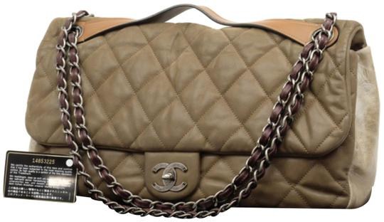 Preload https://img-static.tradesy.com/item/23901876/chanel-classic-flap-extra-large-maxi-2way-230562-brown-leather-shoulder-bag-0-3-540-540.jpg