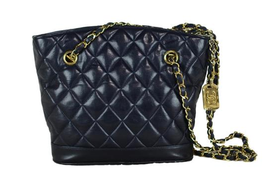 Preload https://img-static.tradesy.com/item/23917474/chanel-ghw-chain-navy-lambskin-leather-shoulder-bag-0-0-540-540.jpg