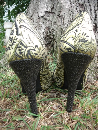 Lovely People Brocade Buckle Autumn Supermodel Sexy Gold & Black Pumps Image 1