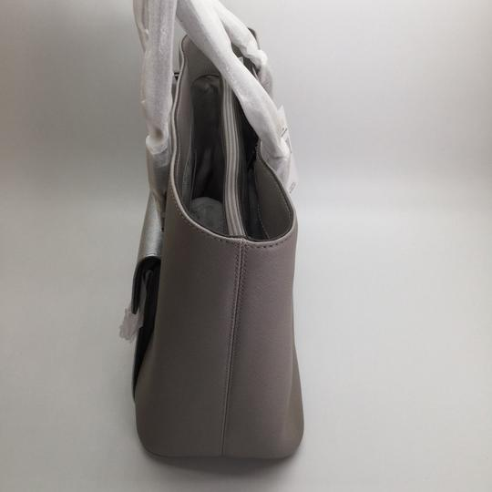 MICHAEL KORS Shoulder Leather Tote in PEARL GRAY/SILVER Image 4
