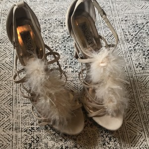 Badgley Mischka Beige Feather Heels Pumps Size US 9 Regular (M, B)