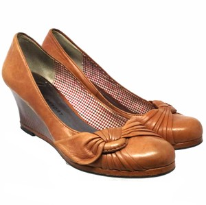REPORT Us 8 S072018-04 brown Wedges
