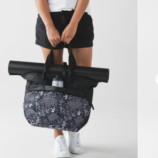 Preload https://img-static.tradesy.com/item/24015778/lululemon-everything-tote-blackwhite-laptop-bag-0-2-540-540.jpg