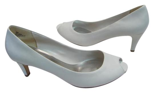 Preload https://img-static.tradesy.com/item/2403292/white-new-950m-excellent-condition-pumps-size-us-95-regular-m-b-0-0-540-540.jpg