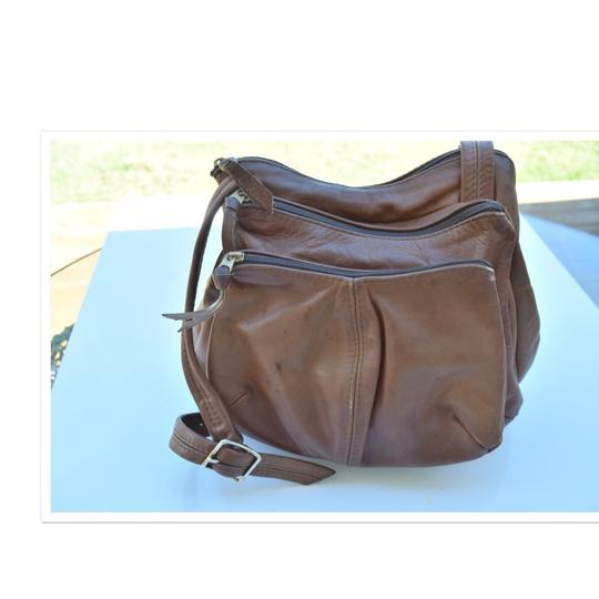 Preload https://img-static.tradesy.com/item/24036287/hand-tan-leather-cross-body-bag-0-0-540-540.jpg