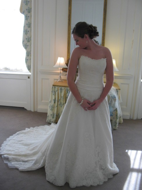 Item - Ivory Lace Alencon Gown Traditional Wedding Dress Size 8 (M)