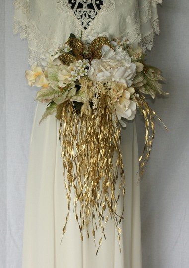Preload https://img-static.tradesy.com/item/24061946/ivory-and-gold-winter-christmas-silk-bridal-bouquet-ceremony-decoration-0-0-540-540.jpg