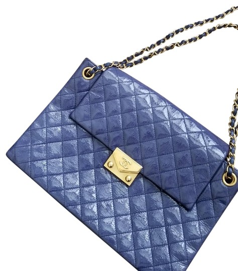 Preload https://img-static.tradesy.com/item/24069586/chanel-classic-flap-like-new-limited-edition-navy-lambskin-leather-shoulder-bag-0-2-540-540.jpg