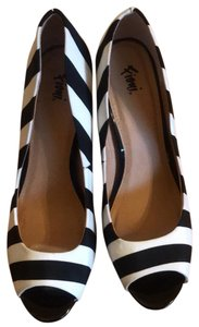 Fioni Black and White Pumps