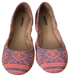 Sonoma gray and coral aztec printed Flats