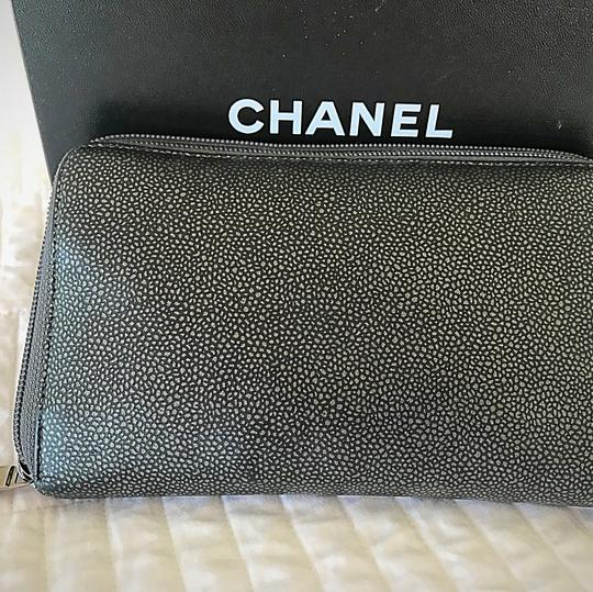 Chanel Zipped CHANEL leather wallet Image 2