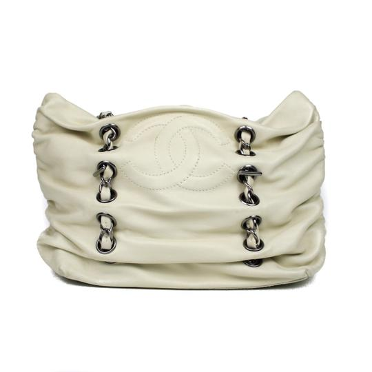 Preload https://img-static.tradesy.com/item/24097374/chanel-255-reissue-sharpei-chain-with-cc-logo-cream-lambskin-leather-shoulder-bag-0-0-540-540.jpg