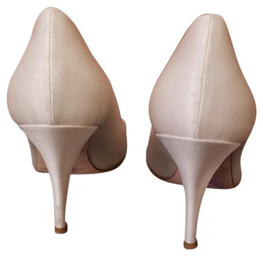 Preload https://img-static.tradesy.com/item/24097381/kate-spade-cream-satin-bow-pumps-size-us-85-regular-m-b-0-1-540-540.jpg