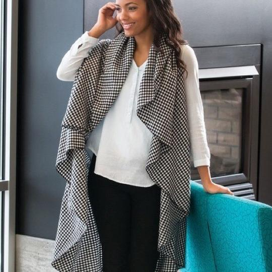 City Wrap To Go B&W Houndstooth Woven City Wrap on the Go Image 1