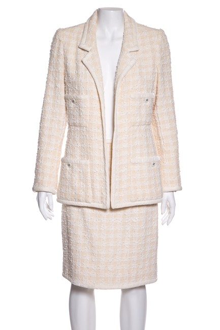 Preload https://img-static.tradesy.com/item/24106445/chanel-cream-and-white-tweed-skirt-suit-size-6-s-0-0-650-650.jpg