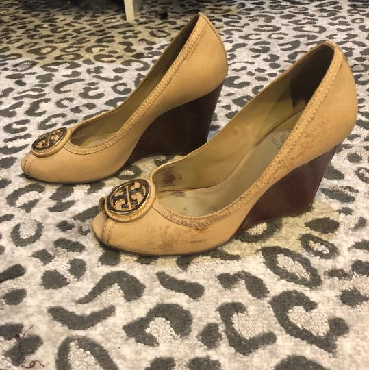 Tory Burch nude with gold hardware Pumps