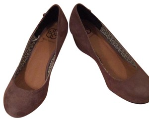 Daisy Fuentes Taupe Wedges