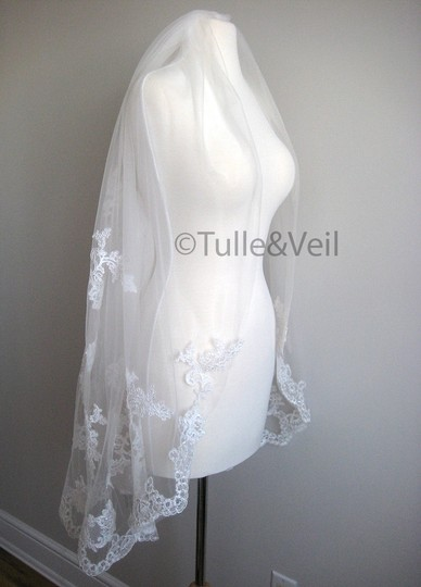 Ivory Short Single Tier Finger Length Lace - Beth S Bridal Veil Image 1