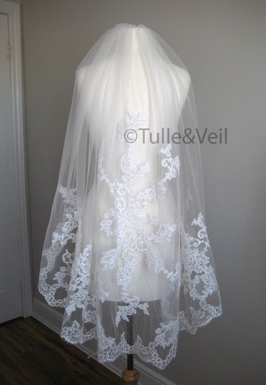 Ivory Short Single Tier Finger Length Lace - Beth S Bridal Veil Image 3