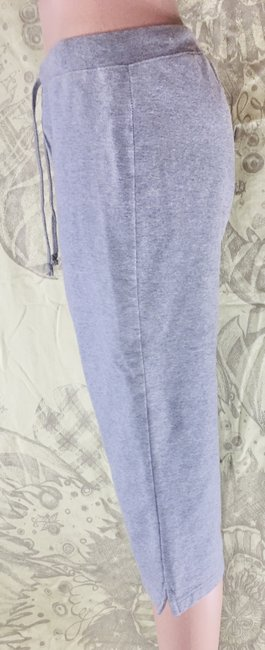 Item - Heather Grey Cropped Semi Fitted Sweatpants Capris Size 6 (S, 28)