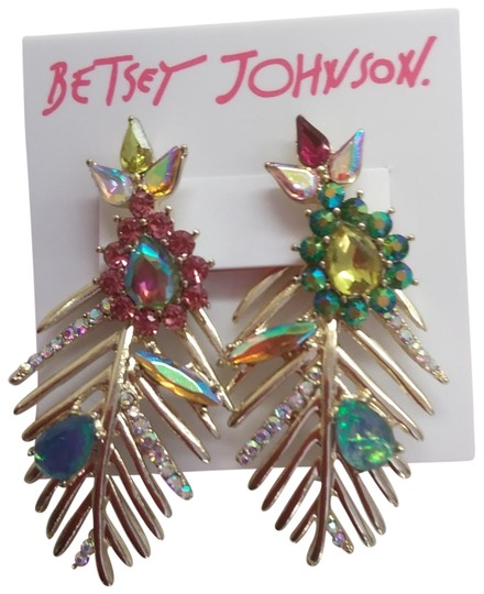 Preload https://img-static.tradesy.com/item/24148161/betsey-johnson-green-new-mismatch-gold-frond-earrings-0-1-540-540.jpg