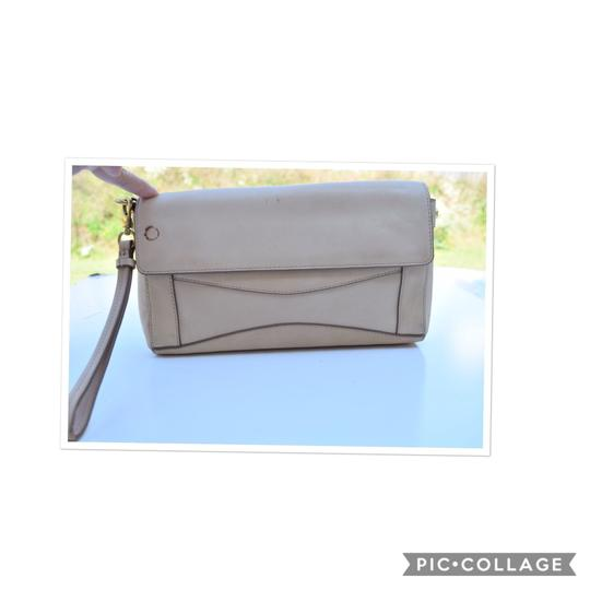 Preload https://img-static.tradesy.com/item/24148485/jcrew-nude-leather-clutch-0-0-540-540.jpg